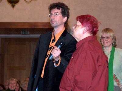 """Brigitte Lück, Chorleiterin von """"Ein Ton tiefer"""" bei einer Ansage."""